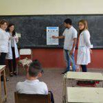 La Cátedra de Oftalmología realizó controles a niños de una escuela del barrio Mil Viviendas